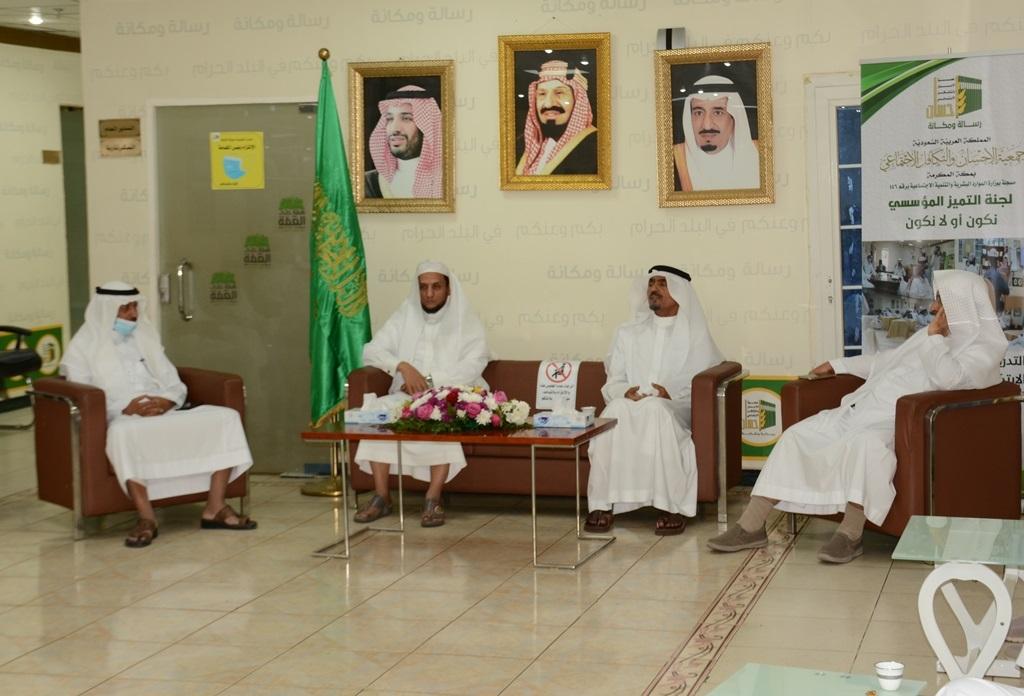 رئيس مجلس إدارة (إحسان) يعايد العاملين بالجمعية